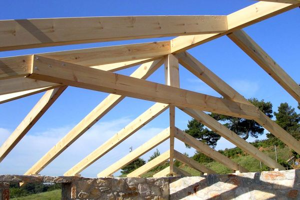 Εμφανής στέγη με σύνθετη ξυλεία στο Βαρνάβα Αττικής