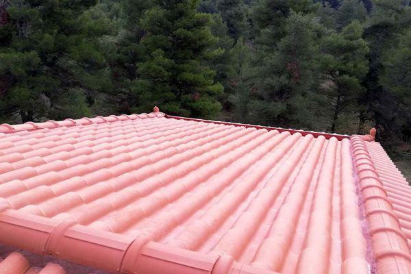 Στέγη με κόκκινα κεραμίδια στην Ιπποκράτειος Πολιτεία